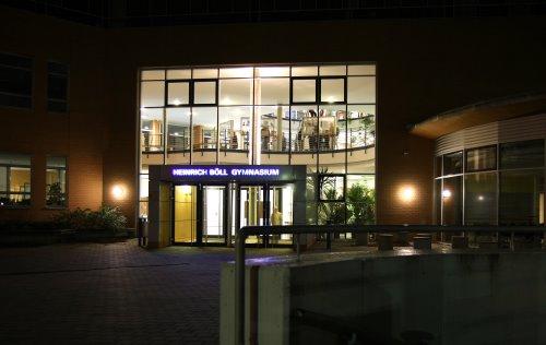 Das Heinrich-Böll-Haus unserer Schule bei Nacht