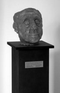 Fotografie der Plastik mit dem Porträt Heinrich Bölls (geschaffen von Thomas Schulze, Leihgabe des Fördervereins)